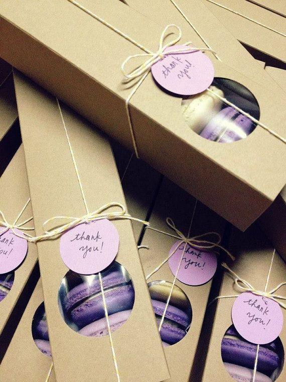 Voici les boîtes macaron kraft respectueux de lenvironnement. Ils sont parfaits pour transporter vos magnifiques macarons délicat. Vous pouvez habiller comme cadeaux Merci ou pour toute autre occasion. La fenêtre met en valeur vos gâteries !  Approximative la taille : 12 x 2 1/4 x 2- il peut sadapter à environ 10-12 macarons. Ensemble de 5, 10, 15 ou 20. Vous choisissez la quantité. (les macarons ne sont pas inclus)  Vous pouvez aussi mettre les autres goodies dans ces jolies boîtes