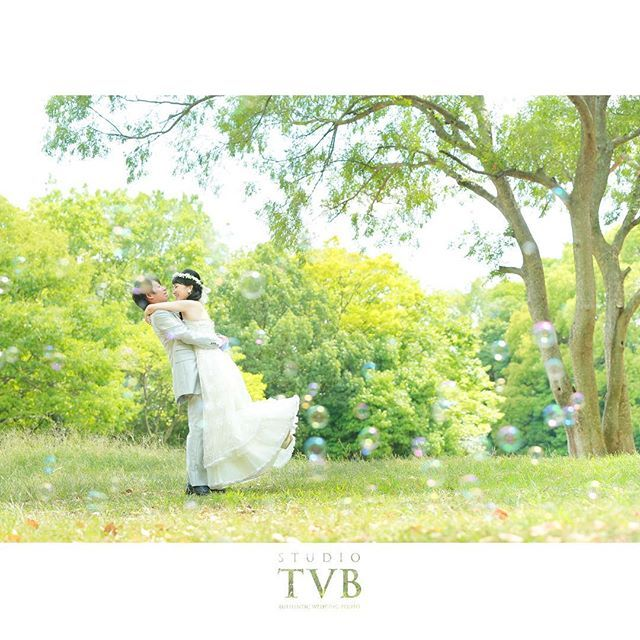 【hitomieux】さんのInstagramをピンしています。 《#私の大好きな花嫁たち #森 #シャボン玉 #だっこ #wedding #Bride #dress #プレ花嫁 #プレ花婿 #前撮り #結婚写真 #d_weddingphoto #studiotvb》