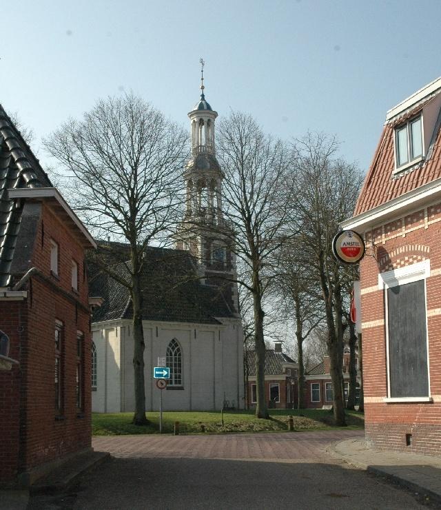Het torentje van Spiek.... De kerk van Spijk, ook bekend als de Andreaskerk, is een middeleeuwse kerk in het dorp Spijk in de gemeente Delfzijl in de provincie Groningen. De kerk stamde oorspronkelijk uit de dertiende eeuw. In de zeventiende eeuw ging de kerk echter grotendeels in vlammen op en werd toen opnieuw opgebouwd. Het rechtgesloten koor kreeg toen een driezijdige sluiting. De kerk is omringd door een gracht. Bron: Wikipedia.