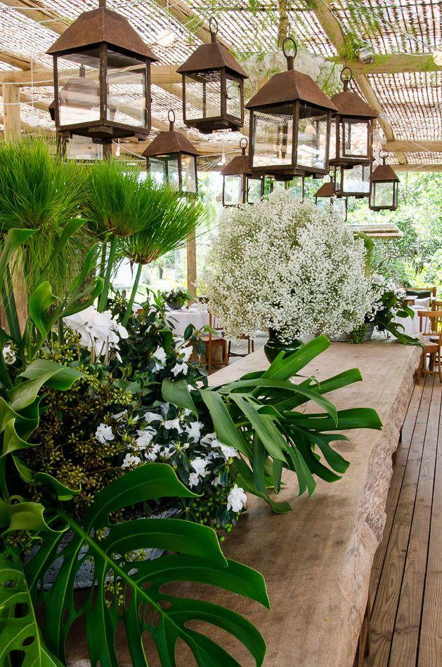 Decoração verde e branca no destination wedding de Letícia e Lucas, no Cafe de la Musique, Trancoso, Bahia, por Katia Criscuolo #raveletseluquinhas