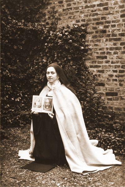 Thérèse enverra à l'abbé Bellière cette photo comme on le lit dans le dernier paragraphe de sa lettre 258 : http://www.archives-carmel-lisieux.fr/carmel/index.php/pere-maurice-belliere-2/11741-lt-258-a-labbe-belliere / Thérèse sent to Bellière, as we read in the last paragraph of her letter LT-258 : http://archives-carmel-lisieux.fr/english/carmel/index.php/lt-251-a-260/1169-lt-258-a-labbe-belliere