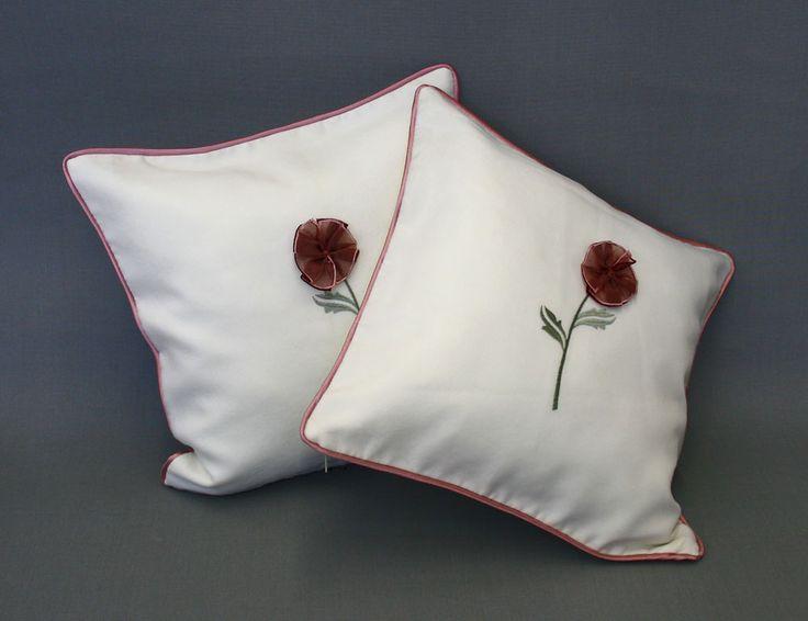 Urocza poszewka z naszytym kwiatem. http://bit.ly/1EmQ99x