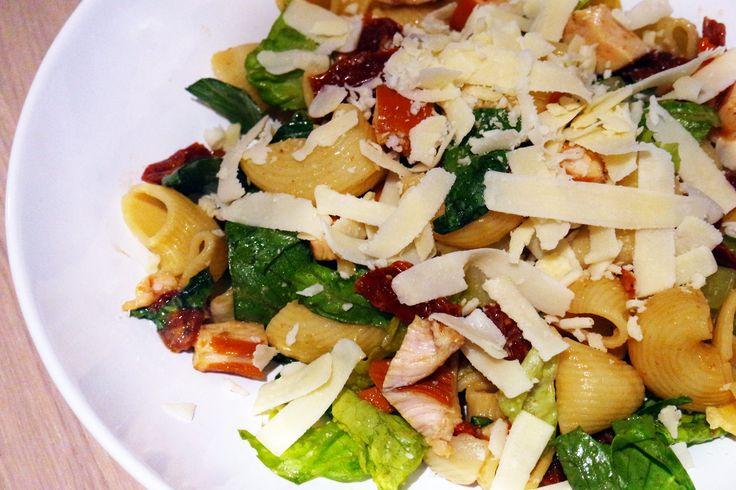 Vandaag hebben we een lekker snel recept met een twist. Pastasalades eten we de hele zomer lang. Vanwege het warme weer hebben wij vaak behoefte aan lichte avondeten. Er zijn vele variatie met ingrediënten. Dit keer hebben we een heerlijke pastasalade gemaakt met gerookte kip en honing-mosterd dressing. Bereiding Kook de pasta,volgens de aanwijzingen op …