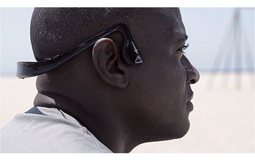 Gérez votre musique et vos appels sans fil et en toute sécurité. En effet, grâce à l'AfterShokz Bluez , un casque Bluetooth qui marche par vibration osseuse vous pouvez désormais écouter de la musique et avoir les oreilles libres !  #AfterShokz #Bluez #accessoire #musique #sportif #casque #bluetooth #vibration #oreillettes #high #tech #gagdets #geek #technologie