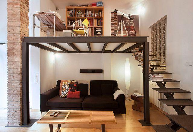 Espacios pequenos, necesitas donde guardar? Pon la cama muy cerca de la puerta y forma estas dos opciones para guardar, vidrios con madera le hacen liviano y reflejan luz.