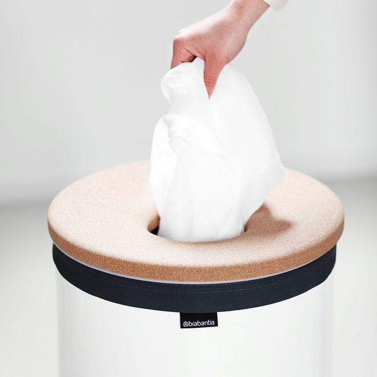Moderní koš na prádlo Brabantia 35 L vám usnadní prácí se špinavým prádlem. Koš je vybavený stylovým víkem z korku.