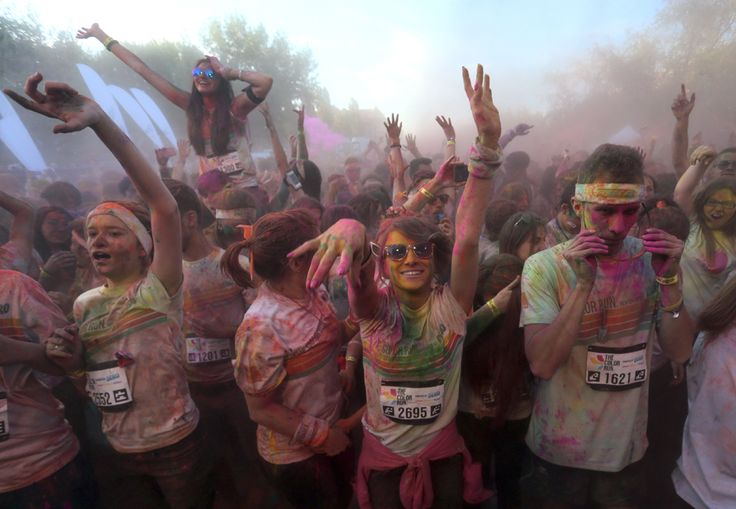 """Persoane participă la un concert, la finalul maratonului 5K """"Color Run"""", în parcul Tineretului din Bucureşti, sâmbătă, 26 aprilie 2014. (  Diana Zaharia / Mediafax Foto  ) - See more at: http://zoom.mediafax.ro/people/the-color-run-bucuresti-2014-12533962#sthash.zbBgamYv.dpuf"""