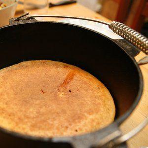 Maisbrot ist in den südlichen Staaten der USA eine beliebte Beilage zu vielen Barbecue- und Chiligerichten. Vor dem Backen mit Zimt und Zucker überstreut ist Maisbrot eine leckere (und satt machende) Süßspeise aus dem Dutch Oven. Die hier beschriebene Variante kommt sogar vollständig ohne Weizenmehl aus und basiert rein auf grobem Maismehl… ist somit also glutenfrei. Ausrüstung Dutch Oven Zutaten (für ein glutenfreies Maisbrot aus dem 10″ Dutch Oven) 1 ¾ Tassen grobes Maismehl oder ...