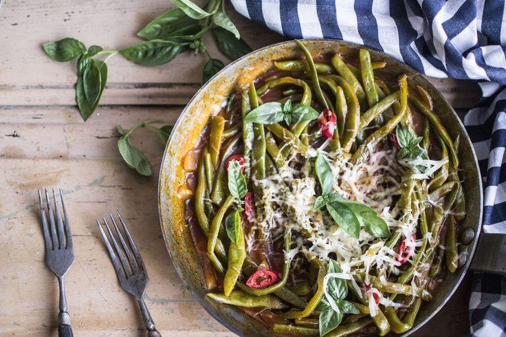 Um prato rápido e delicioso, que sabe ainda melhor quando feito com os legumes da época. Feijões-verdes acabados de colher da horta dos pais do chefe Rui Ribeiro