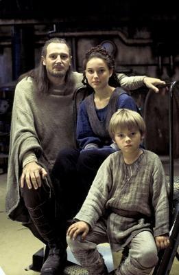 Qui-Gon Jinn (Liam Neeson), Padmé Amidala (Natalie Portman), Anakin Skywalker (Jake Lloyd)