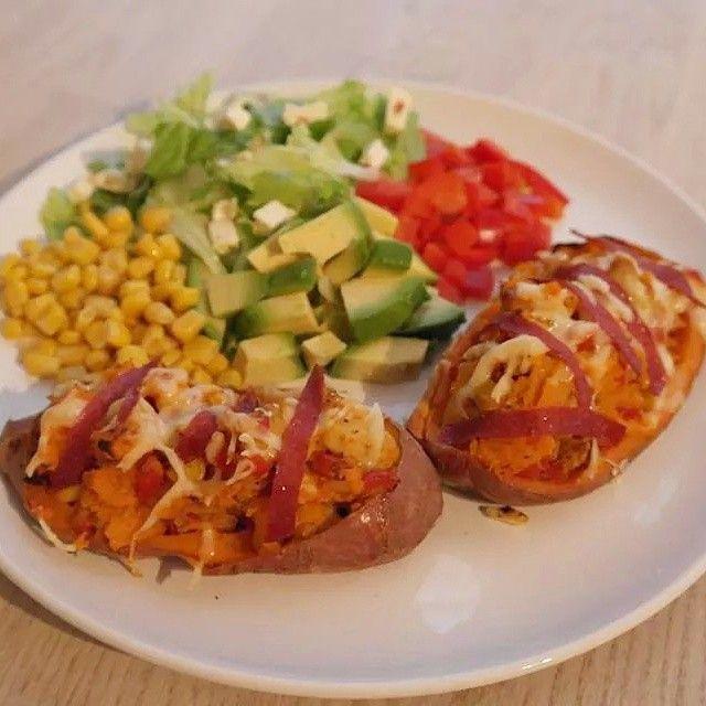 """""""Bakt søtpotet til middag, fylt med kylling, paprika, løk og masse krydder!  #bakt #søtpotet #kylling #salat #avokado #suntoggodt #sweetpotato #chicken #healthy #dinner """" Photo taken by @andreasrindahl on Instagram, pinned via the InstaPin iOS App! http://www.instapinapp.com (09/10/2014)"""
