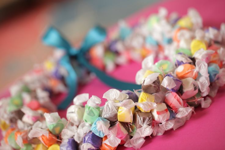 Make your favorite grad's big day a little bit sweeter with a candy lei!  Robert Mahar's Candy Graduation Lei, DIY video tutorial