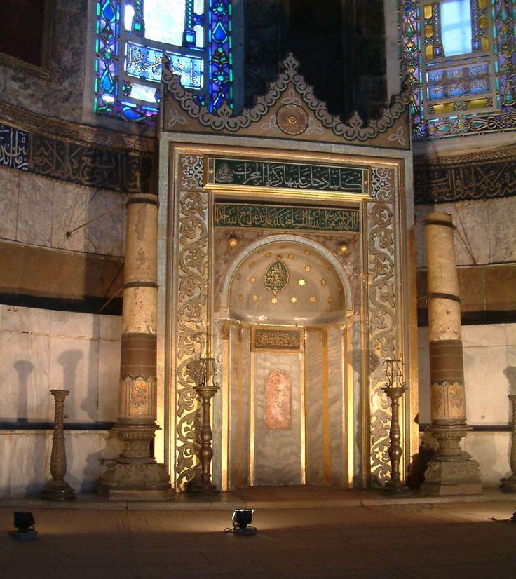 Le mihrab, dirigé vers La Mecque, flanqué des deux chandeliers colossaux de Soliman le Magnifique. Il est situé dans l'abside, à l'emplacement de l'autel. - Sainte-Sophie (Constantinople)