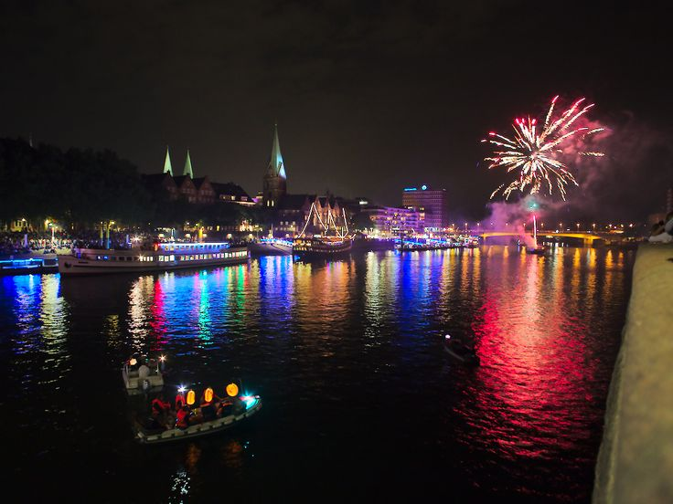Feuerwerk zur Eröffnung der Maritimen Woche in Bremen. http://blog.bremen-tourismus.de/lichtermeer-auf-der-weser/