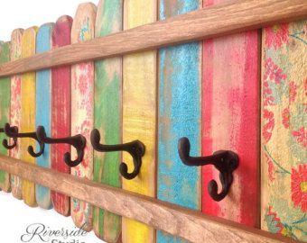 Rack-OOAK-manteau patère en bois / Chic minable Beach Cottage portemanteau, mobilier Bohème  Il sagit dune patère en bois avec des crochets de chapeau et manteau en fonte. Un affichage gai peint en vert, jaune, bleu, rouge et floral puis en détresse et protégé. Je fais ces supports colorés dans mon atelier de menuiserie et chacun a le charme et le caractère unique. Le dos a 2 matériel solide serrure métal (60lbs) déjà fixée espacés de 16. Parfait pour la salle de bain, chambre à coucher,...