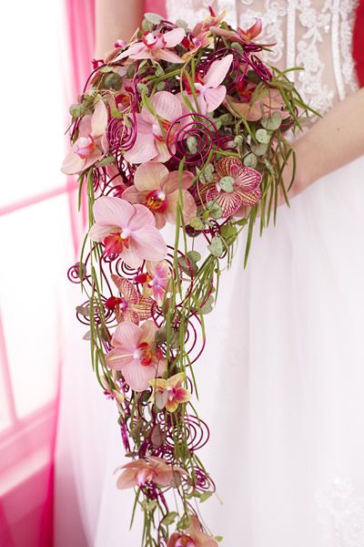 een waterval bruidsboeket is erg mooi. ook als je het in een frame verwerkt. strakke lijnen in het boeket