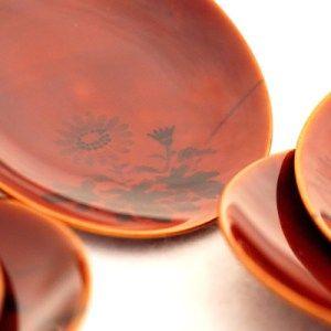 Platos de Urushi-Shunkei [Oferta]€60,00→ahora €48,00 El HidaShunkei(飛騨春慶). La técnica de la creación de obras tridimensionales a partir de piezas planas de madera es una característica de este arte, y se utiliza para crear una variedad de artículos. El Hida Shunkei se destaca en el bello grano de la madera natural por las capas de urushi transparente. *Segunda mano[Estado: muy bueno] Unidad: 5 platos Tamaño (diámetro): 11,5 cm/#Urushi #Japan #plato #Shikki #Shunkei #Lacquerwares