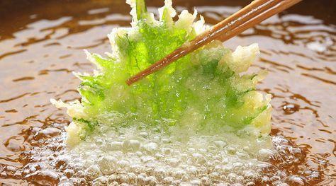 春野菜が美味しい季節。たらの芽やふきのとうに菜の花。天ぷらにすると美味しいですが、サクッと揚がらない、油っぽいなど、上手に作るのは結構難しいです。天ぷらの衣の材料には小麦粉を使うのがスタンダードですが、実は、これを米粉に替えるだけでサクッと美味しく作れるので、その方法を紹介します。天ぷらで失敗する大きな理由は、小麦粉に含まれる「グルテン」にあります。衣の材料を混ぜすぎたり、水がぬるいと、グル...