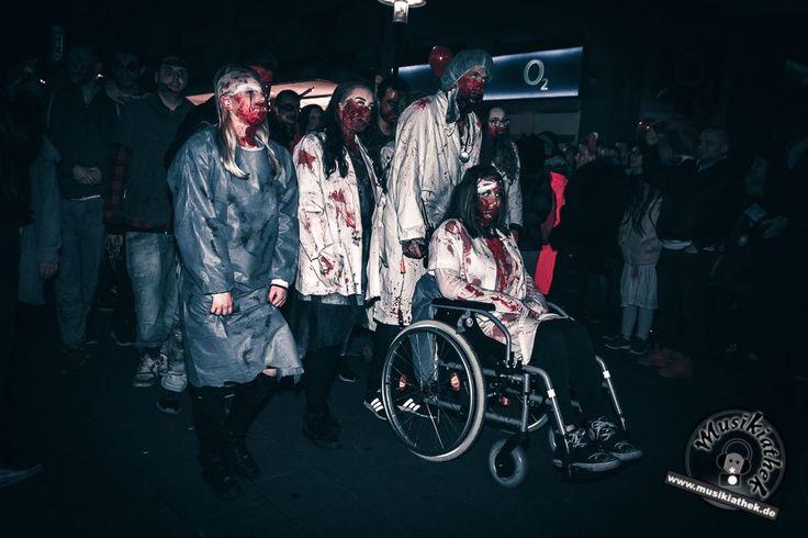 Zombie Alarm geht auch im Rollstuhl. Kunstblut und Narben schminken. Ein paar schaurige Kostüm und Makeup Ideen für Halloween oder Karneval gefällig? Willkommen in der Grusel Abteilung. Einige der besten Horror Kostüme und Makeups findet ihr auf der Website :) #zombie #horrormakeup #karneval #halloween #halloweencostume #halloweenmakeup #karnevalskostüm