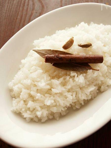 ホールスパイスを入れて炊飯器で炊くだけ!さっと油でスパイスとお米を炒めてから炊くので、いつもの日本米でもパラッとした仕上がりになります。色みはつきませんが、とっても薫り高いごはんです。