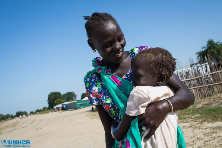 Per tornare a casa, Nyuot ha trascorso 12 giorni camminando, attraversando fiumi e paludi e dormendo sotto gli alberi per momenti come questo. Nyakuoth, la sua nipotina di 5 anni, la riconosce in lontananza mentre arriva nel villaggio e le corre incontro per abbracciarla. Sono state lontane per quasi 9 mesi a causa del conflitto in Sud Sudan ma adesso entrambe sembrano incapaci di smettere di sorridere.
