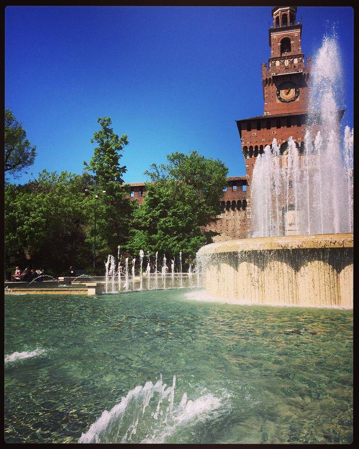 Si sta come d'estate a Milano di fianco a una fontana #milano #milan #instagood #picoftheday #sun #sole #milanodavedere #igersmilano #tagsforlikes #blue #green #city #italy #italia by frax83