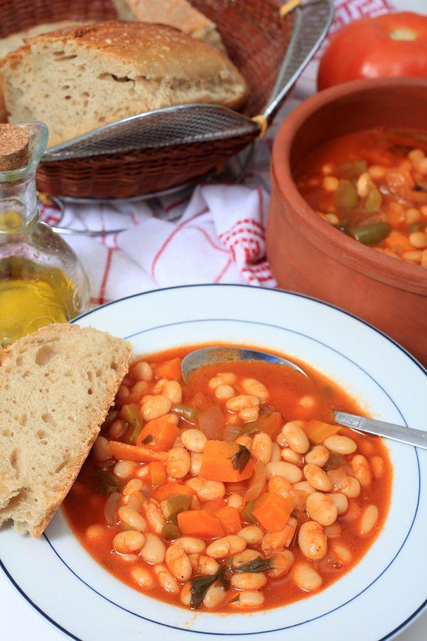 Η φασολάδα θεωρείται το εθνικό φαγητό των Ελλήνων και μια από τις πιο παραδοσιακές συνταγές της ελληνικής κουζίνας. Τη φτιάχνουμε λοιπόν με φασόλια ΟΜΟΣΠΟΝΔΙΑ και τη συνοδεύουμε κατά βούληση με ρέγκα, ελιές, φέτα ή 1 ξερό κρεμμύδι σε φετούλες. #φασολάδα