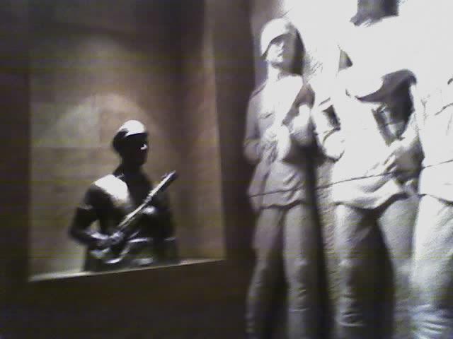 Budapest; 71. kép, övcsatok; jobbról fehér katonák fekete övvel, balról fekete katona barna övvel