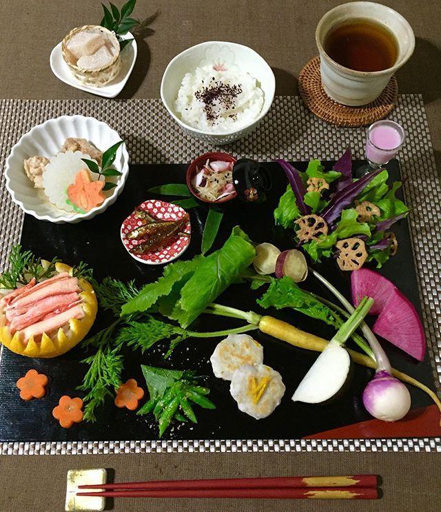 おうちごはん♪  家族が私のお誕生日に金沢旅行をプレゼントしてくれました。金沢の野菜と食材を購入したので帰宅してから野菜たっぷりごはんです♡  ・  ・  ・  *香箱蟹  *加賀野菜バーニャカウダ(黒大根、イエローキャロット、赤かぶ、紫かぶ、五郎島金時)  *源助大根煮  *金時草サラダ(手作り金時草ドレッシング)  *じゃがいも素麺  *里芋のお焼き(柚子風味)  などなど…… 楽しい旅行の思い出と共に頂きます♪  #おうちごはん#ごはん#夕食#夕ご飯#晩飯#1人ごはん#dinner#dinner time#birthday#Japanese style#加賀野菜#金沢#香箱蟹#red#green#野菜たっぷり#happy#美味しい#加賀棒茶