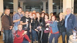 2014.10 - Enologul consultant al Cramei Atelier, Razvan Macici (cu tricou negru) impreuna cu membrii Grupului Song cu care am pus la cale primul flash mob realizat intr-o crama. #cramaatelier #M1eveniment #M1video