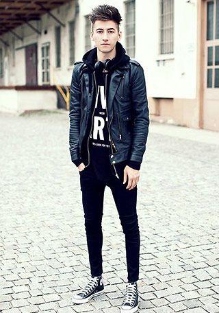 ジャケット×黒スニーカー