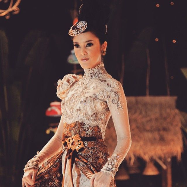 I like the neck line and long sleeves. Dress is very nice but too dramatic for me. Color combination is nice  #kebaya #anneavantie
