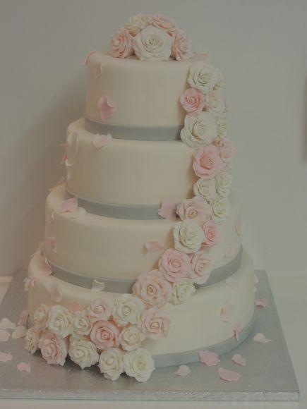 Bruidstaart met grijs randje en licht roze rozen