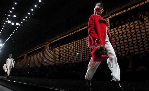 Het Italiaanse modehuis Fendi, waarvan Karl Lagerfeld creatief directeur is, toonde in Milaan de nieuwe collectie voor het volgende winterseizoen. De collectie had een punk 'look and feel' maar met een zacht kantje: zo zagen we erg fluffy jassen, schoenen en handtassen. #MFW