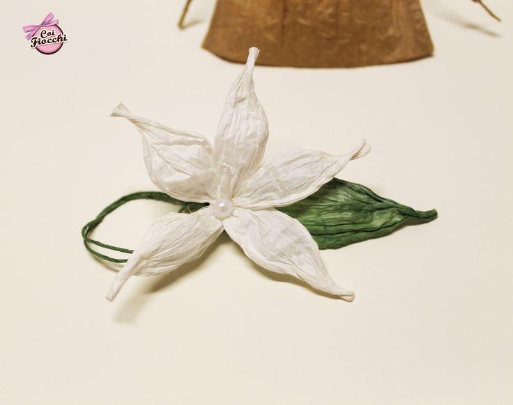 Coi Fiocchi wedding design: fiore realizzato a mano in filo di carta, da utilizzare come segnatavolo/segnaposto/avvolgi menu o tovagliolo