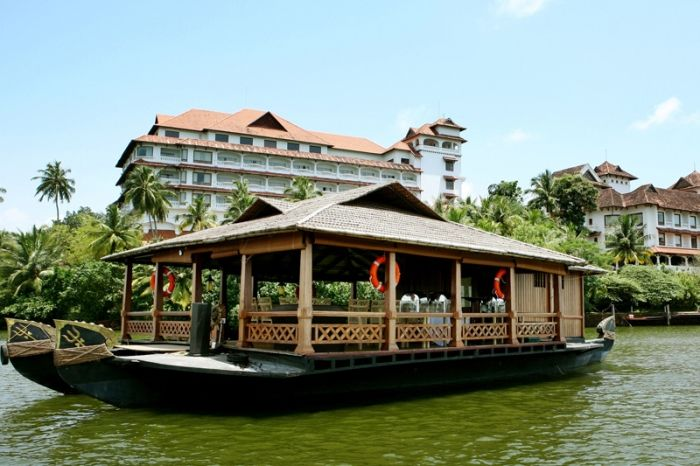 The Raviz is a five star deluxe resort with seven star amenities, located near Ashtamudi Lake in Kollam. The resort is set in an inspirational and exciting location that celebrates the natural beauty of the God's own country Kerala.