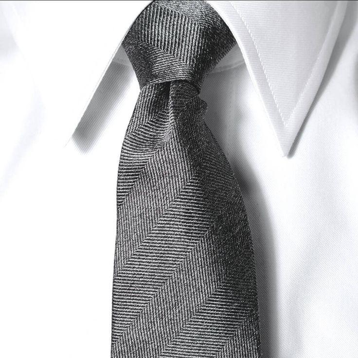 Hvit skjorte med klassisk krage for en sharp look.