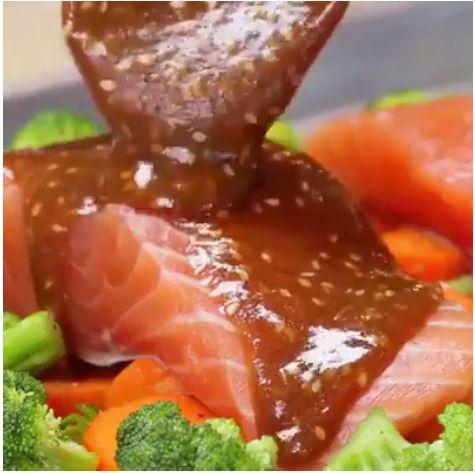Heerlijke Zalm met Groenten uit de Oven in een soja-sesamsaus Ingrediënten: 2 kop broccoli, 2 kop wortelen, 2 el olijfolie, 2 tl zout, 2 tl peper, 2 zalmfilets. SAUS: 3/4 kop bruine suiker, 3 el soja saus, 1/2 kop honing, 2 el sesamzaadjes. Op 200 gr. voor 12 min. in de oven