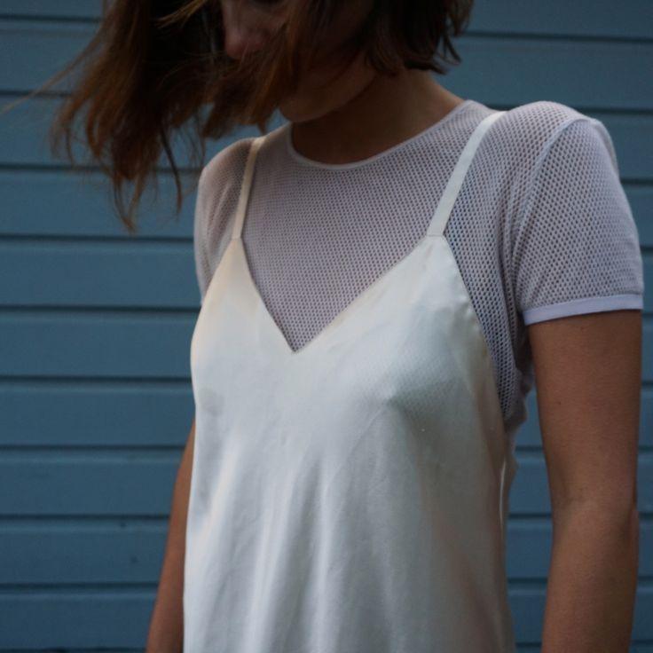 slip dress - La simplicité sophistiquée de la slip dress raffole du t-shirt blanc un brin lâche sagement glissé dessous. Comme elle adore les baskets, claquettes et autres accessoires sportswear