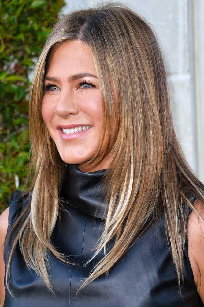 Svetlo smeđa kosa sa plavim pramenovima - Dženifer Aniston