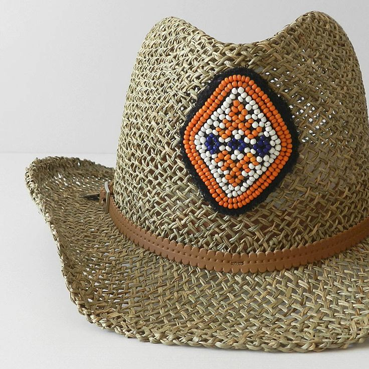 Sombrero cowboy ajustable, decorado con motivo étnico central en rocalla y terminación lateral con moneda. Realizado artesalmente y fabricado en España. Composición fibras vegetales.