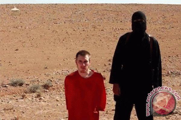 Korban ISIS terus berjatuhan. Kali ini, dua orang dieksekusi di depan umum, atas tuduhan bekerjasama dengan tentara Irak.