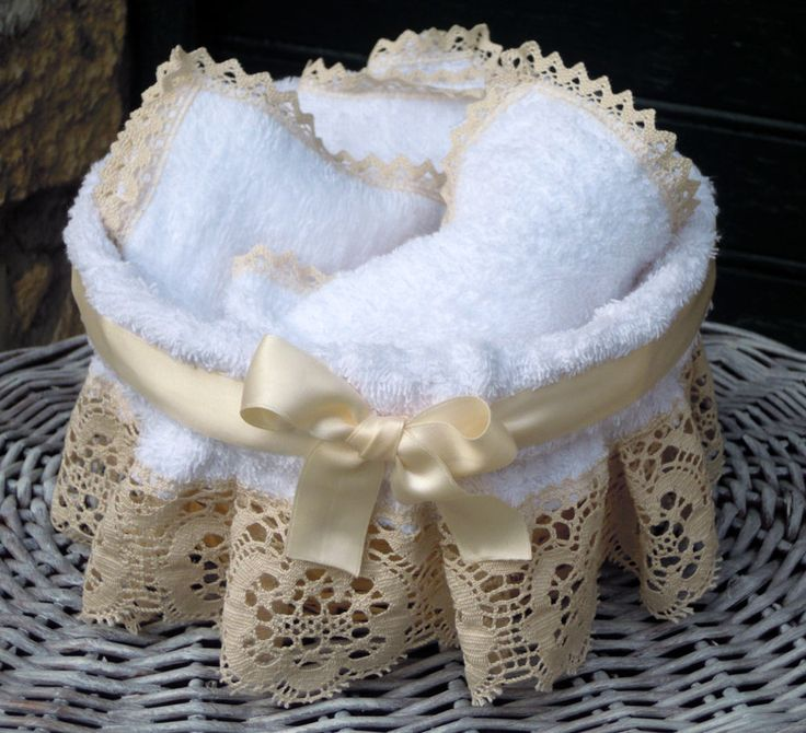 Wicker basket lined in white terry washcloths trimmed with ivory lace, ivory and satin bow.  Including: 3 washcloths size: 30x30 cm  Trash: h 15 cm, ⌀ 24 cm