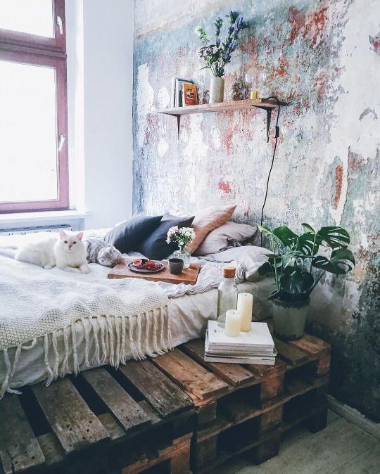 Wunderschönes Schlafzimmer. Einrichtungsideen, Wandgestaltung, Palettenbett