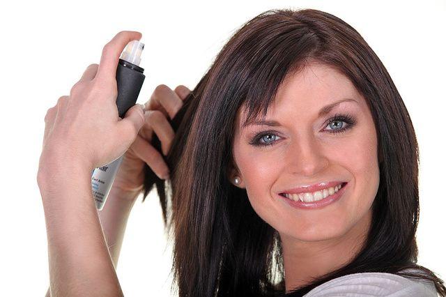 Prírodný lak na vlasy  Máte jemné vlasy, ktoré sa nedajú upraviť do účesu, a neradi by ste používali vo svojej domácnosti len chémiu? Vyskúšajte citrónový lak na vlasy. Pripravíte si ho tak, že dva citróny uvaríte v dvoch šálkach vody. Citróny by mali byť na začiatku celé namočené. Keď sa voda vyparí na polovicu, odvar prelejte do rozprašovača a krásne voňavý lak na vlasy je na svete.