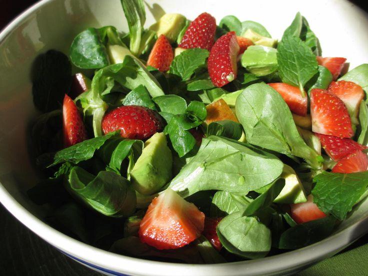 Zomerse salade met aardbeien en avocado