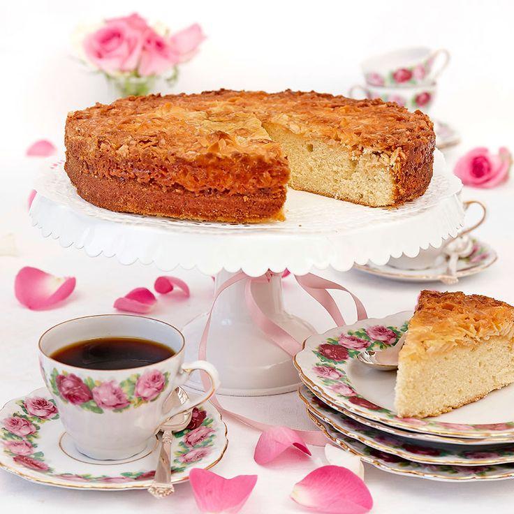 Klassisk och god kaka toscakaka utan bakpulver i smeten och med ett läckert knäckigt täcke.