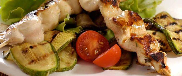 Pinchos de pollo con verduras grilladas