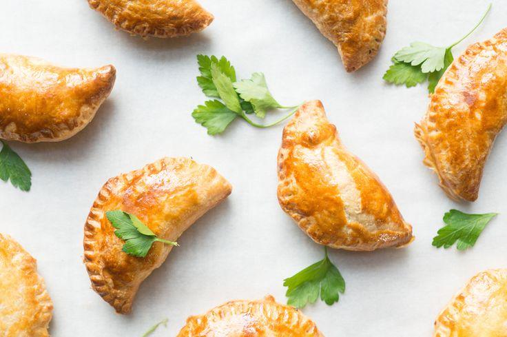 Waarom zou je voor boterhammen gaan als je ook empanadas kunt eten? Deze Zuid-Amerikaanse snack eet je makkelijk uit het vuistje. Ideaal voor onderweg!