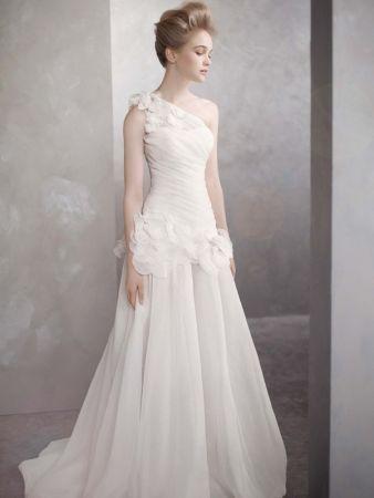 fofo e romantico http://4.bp.blogspot.com/-1Lcn1TshIuk/T6JbEEsjHGI/AAAAAAAAC6A/YMxTtrQUM2Y/s1600/vera-wang-romantic-organza-a-line-wedding-gown.jpg